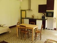 salle de séjour et coin cuisine du gîte